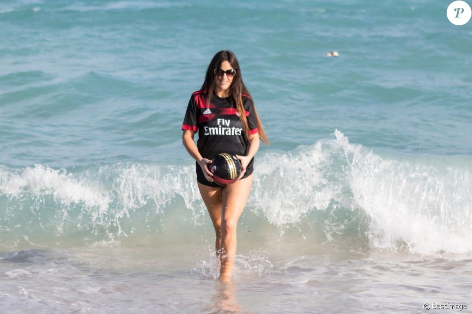 Claudia Romani en séance photo sur la plage de Miami, le 27 janvier 2018.