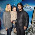 "Lisa Osbourne, son mari Jack Osbourne et leur fille Pearl Osbourne lors de première de ""Frozen"" de Disney On Ice à Los Angeles, le 10 décembre 2015."