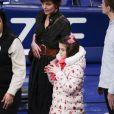 Katie Holmes et sa fille Suri assistent au match de basket de Oklahoma City Thunder vs NY à New York, le 16 décembre 2017