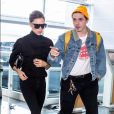 Victoria Beckham et son fils Brooklyn Beckham arrivent à l'aéroport de New York. Le 13 octobre 2017.
