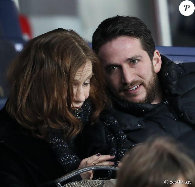 Isabelle Huppert et son fils Lorenzo Chammah dans les tribunes du Parc des Princes lors du match de Ligue 1 PSG - OM (3-0), à Paris le 25 février 2018.