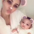 Kim Kardashian présente sa fille Chicago, née par mère porteuse le 15 janvier 2018.