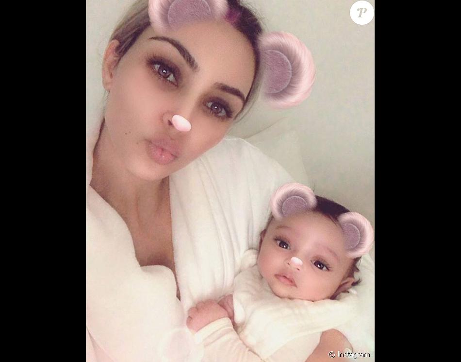 kim kardashian pr sente sa fille chicago n e par m re porteuse le 15 janvier 2018 purepeople. Black Bedroom Furniture Sets. Home Design Ideas