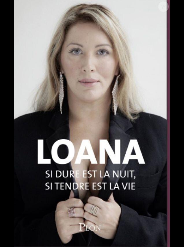 """""""Si dure est la nuit, si tendre est la vie"""" est le nouveau livre de Loana à paraître chez Plon au mois de mars 2018. Elle apparaît particulièrement amincie sur la couverture."""