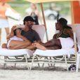 Eva Longoria et son compagnon Jose Antonio Baston discutent avec Serena Williams sur une plage lors de leurs vacances à Miami, le 13 septembre 2014.