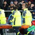 """Neymar Jr. sort sur un brancard pendant le match de Ligue 1 """"PSG - OM"""" au Parc des Princes à Paris, le 25 février 2018."""