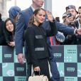 """Alicia Vikander salue ses fans à la sortie de l'émission AOLBuild Series à New York. Alicia fait la promotion du film """"Tomb Raider». Le 14 mars 2018"""
