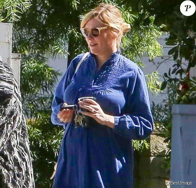 Exclusif - Kirsten Dunst, enceinte, et sa mère Inez se promènent à Los Angeles, le 15 mars 2018.