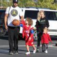 Kendra Wilkinson et son mari Hank Baskett emmènent leur fils Hank jouer au Basket, leur fille Alijah est également présente à Calabasa le 6 Février 2016. © CPA/BESTIMAGE