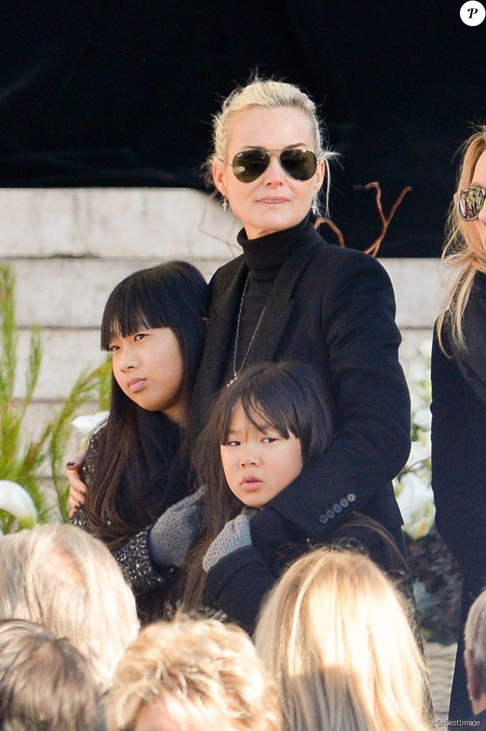 Laeticia Hallyday et ses filles Jade et Joy devant l'église de la Madeleine pour les obsèques de Johnny Hallyday à Paris, France, le 9 décembre 2017. © Veeren/Bestimage