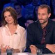 """Barbara Schulz et Arié Elmaleh sur le plateau de l'émission """"On n'est pas couché"""" diffusée le 31 mars 2018 sur France 2."""