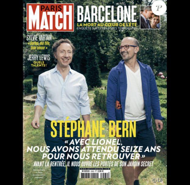 """Stéphane Bern et son compagnon Lionel en couverture du magazine """"Paris Match"""", en kiosques le 23 août 2017."""