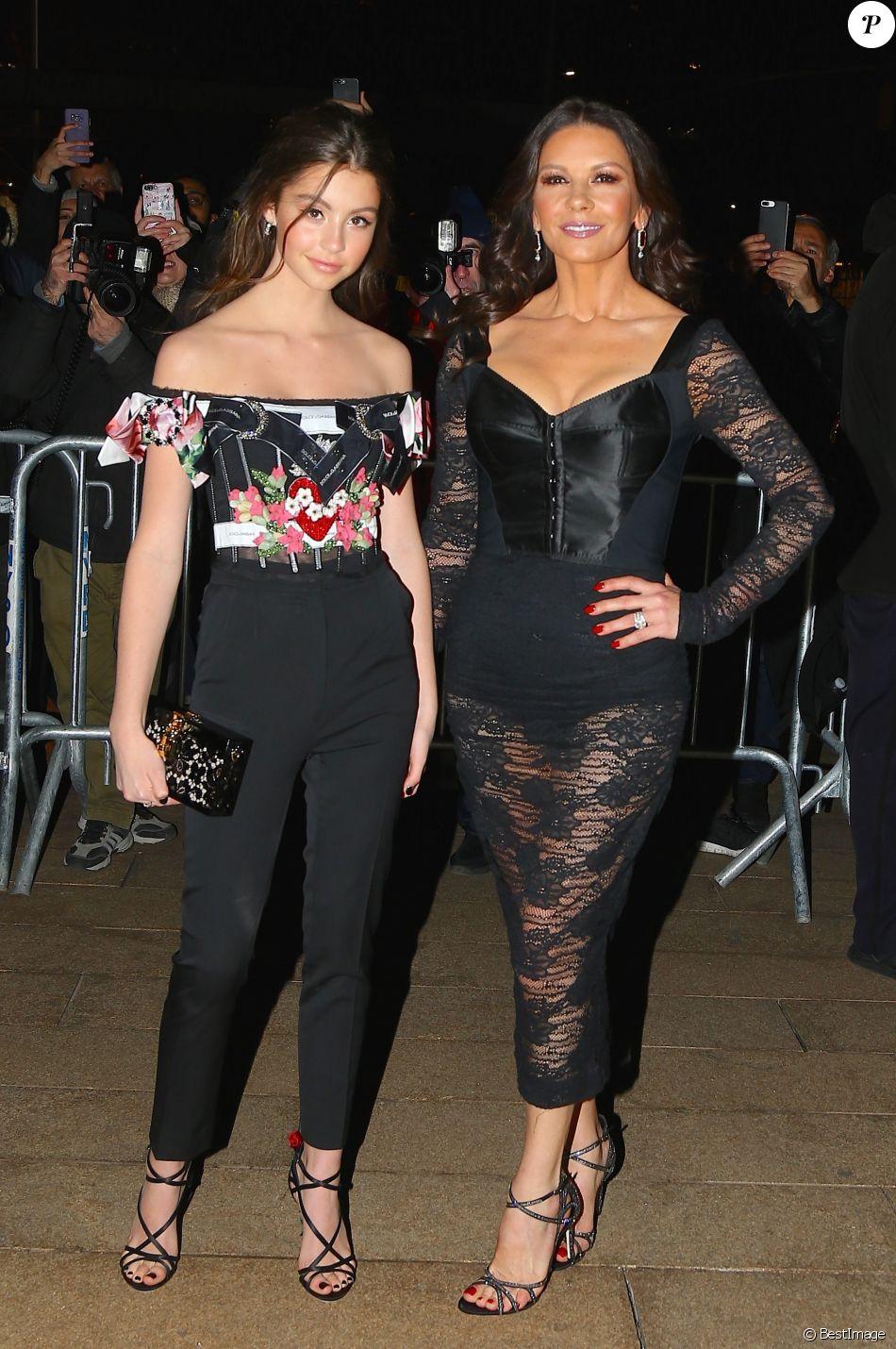 ee0be6773a7d0 Catherine Zeta-Jones et sa fille Carys Zeta Douglas - Défilé Dolce  amp   Gabbana
