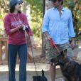 Exclusif - John Stamos et sa fiancée Caitlin McHugh (enceinte) vont se promener au parc TreePeople à Studio City, avec leurs chiens. Le 28 décembre 2017.