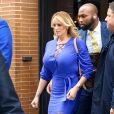 "Stormy Daniels sort de l'émission ""The View"" à New York, protégée par deux bodyguards le 17 avril 2018."