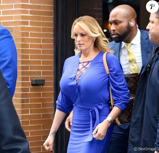 """Stormy Daniels sort de l'émission """"The View"""" à New York, protégée par deux bodyguards le 17 avril 2018."""