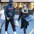 Khloe Kardashian enceinte et son compagnon Tristan Thompson se baladent avec des amis dans les rues de Cleveland, le 1er octobre 2017.