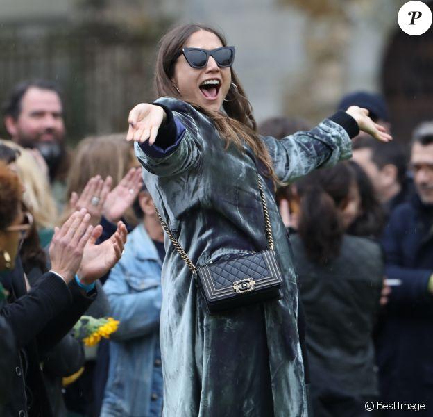 Izïa Higelin, enceinte de son premier enfant, lors des obsèques de Jacques Higelin au cimetière du Père Lachaise à Paris le 12 avril 2018.