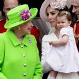 La reine Elizabeth II et son arrière-petite-fille la princesse Charlotte de Cambridge le 11 juin 2016, au balcon du palais de Buckingham lors de la parade Trooping the Colour.