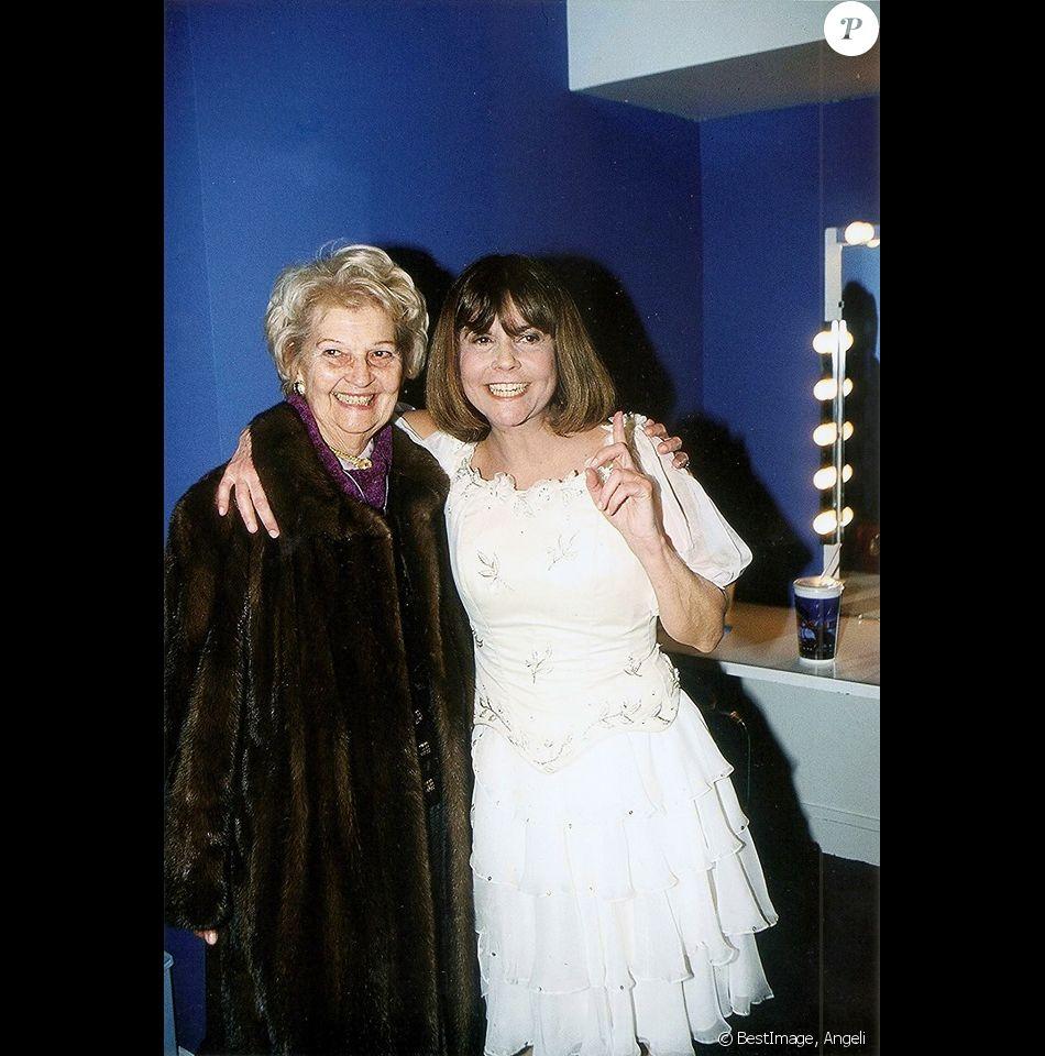 Chantal Goya et sa mère Colette dans les coulisses du Rex à Paris, en 2001