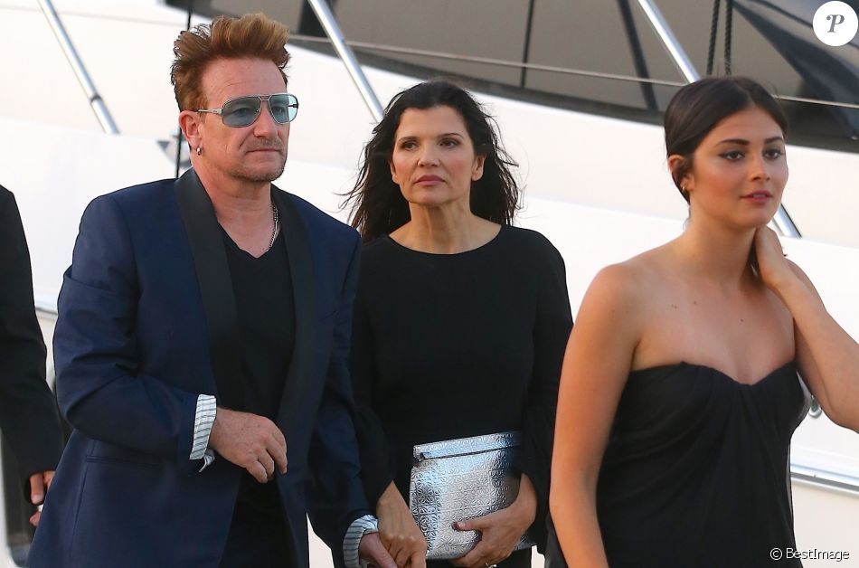 bono sa femme ali hewson et leur fille eve hewson arriv es aux marines de cogolin pour la. Black Bedroom Furniture Sets. Home Design Ideas
