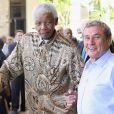 Nelson Mandela et Sol Kerzner lors de l'inauguration du One & Only Hotel de Cape Town en Afrique du Sud, le 2 avril 2009