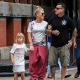 Exclusif - Pink, son Mari Carey Hart et leur fille Willow se promènent à New York le 15 octobre 2017.