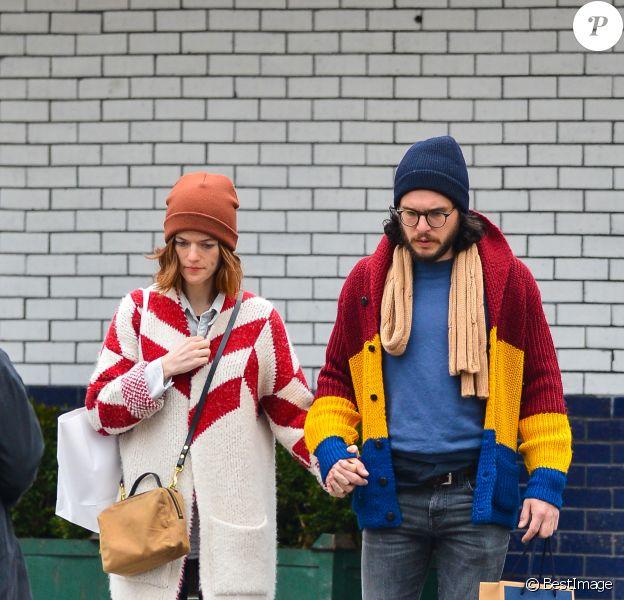 Exclusif - Kit Harington et sa fiancée Rose Leslie marchent main dans la main à New York le 11 janvier 2018.