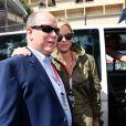 Le prince Albert II de Monaco et la princesse Charlene de Monaco - Le prince Albert II de Monaco et la princesse Charlene arrivent dans les paddocks pour aller saluer les différentes équipes de la Croix Rouges présentent sur le circuit lors du 73 ème Grand Prix de Formule 1 de Monaco, le 26 mai 2018. © Bruno Bébert/Bestimage