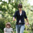 Confortable et pratique, avec ce jean Katie peut facilement courir après sa petite Suri...