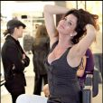 """Janice Dickinson dans le rayon maquillage d'un grand magasin à Los Angeles le 26 janvier 2009"""