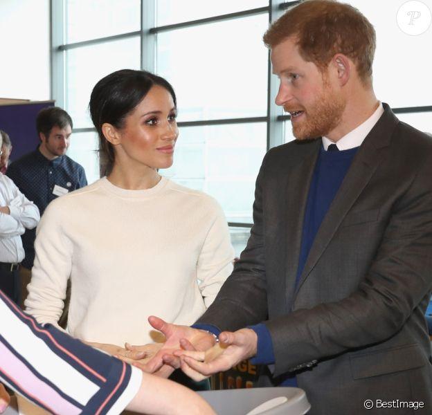 """Le prince Harry et Meghan Markle (désormais duchesse de Sussex) en visite à Belfast le 23 mars 2018. En découvrant des articles de puériculture innovant de la marque Shnuggle, Meghan a déclaré : """"A un moment donné, on aura besoin de toute la panoplie"""", faisant allusion à son désir d'avoir des enfants avec le prince."""