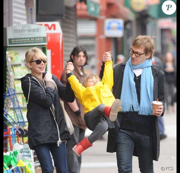 Michelle Williams se balade à Brooklyn en compagnie de sa fille Matilda Ledger et de son ami photographe Dan Estabrook, le 10 avril 2009