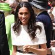 Meghan Markle, duchesse de Sussex, salue la foule lors de sa visite dans la ville de Chester le 14 juin 2018.