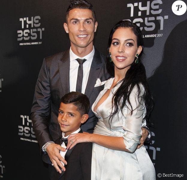 Cristiano Ronaldo (meilleur joueur), son fils Cristiano Jr et sa compagne Georgina Rodriguez enceinte - The Best FIFA Football Awards 2017 au London Palladium à Londres, le 23 octobre 2017. © Pierre Perusseau/Bestimage