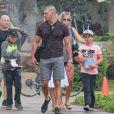 Britney Spears se promène sous la pluie avec ses fils Sean et Jayden Federline et des amis en vacances à Hawaii, le 7 août 2016