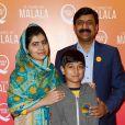 """Malala Yousafzai, son père, Ziauddin Yousafzai et son frère Atal Khan Yousafzai - Projection du film """"He named me Malala"""", organisée par la fondation Malala, à Londres. le 22 octobre 2015"""