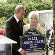 Line Renaud et Bertrand Delanoë inaugurent la place Loulou Gasté dans le 17e arrondissement de Paris, le 30 juin 2005.