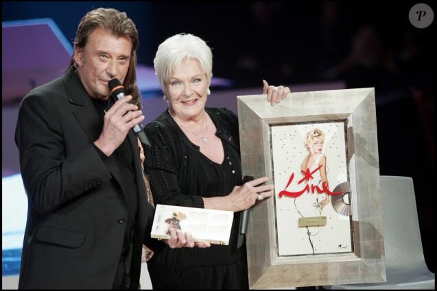 """Line Renaud et Johnny Hallyday lors de l'émission """"La fête de la chanson française"""" sur France 2 en 2005"""