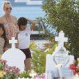 Laeticia Hallyday, ses filles Jade et Joy sont allées se recueillir sur la tombe de Johnny Hallyday au cimetière marin de Lorient à Saint-Barthélemy, Antilles françaises, France, le 19 avril 2018.