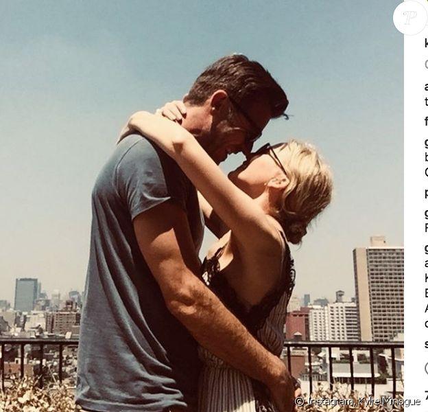 Kylie Minogue dans les bras de son compagnon (fiancé ) Paul Solomons à New York, juillet 2018.