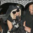 Lady GaGa rentrant à son hôtel londonien le 19 avril, en total look pirate romantique !