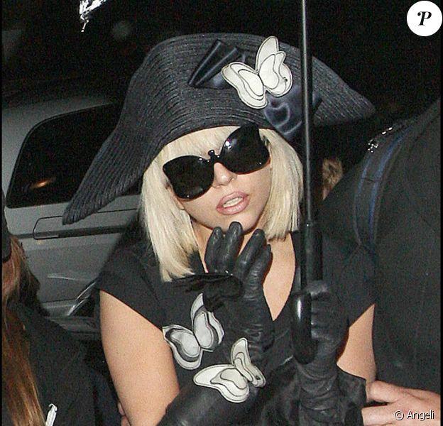 Lady GaGa rentrant à son hôtel londonien le 19 avril, portant tricorne et papillons des pieds à la tête.