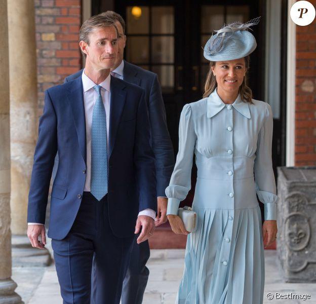 Pippa Middleton, enceinte, et son mari James Matthews au baptême du prince Louis de Cambridge, troisième enfant du prince William et de la duchesse Catherine, le 9 juillet 2018 en la chapelle royale du palais St James à Londres.
