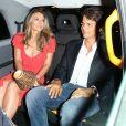 Elizabeth Hurley quitte une soirée au club Annabel à Londres, avec une lampe dans les mains, et monte dans un taxi avec un inconnu. Le 5 juillet 2018