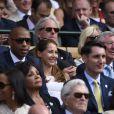 Thierry Henry et sa compagne enceinte Andrea Rajacic au côté de Sir Alex Ferguson lors des demi-finales hommes du tournoi de Wimbledon au All England Lawn Tennis and Croquet Club, à Londres le 10 juillet 2015