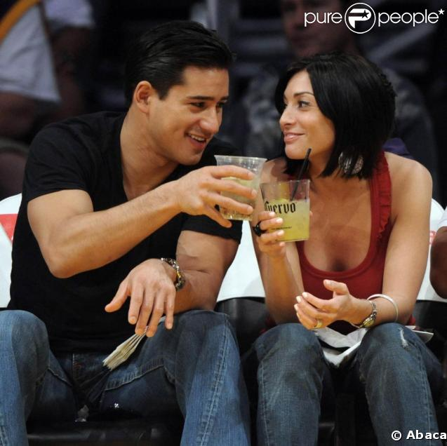 Mario Lopez et Courtney Laine Mazza assistent à un match de basket.