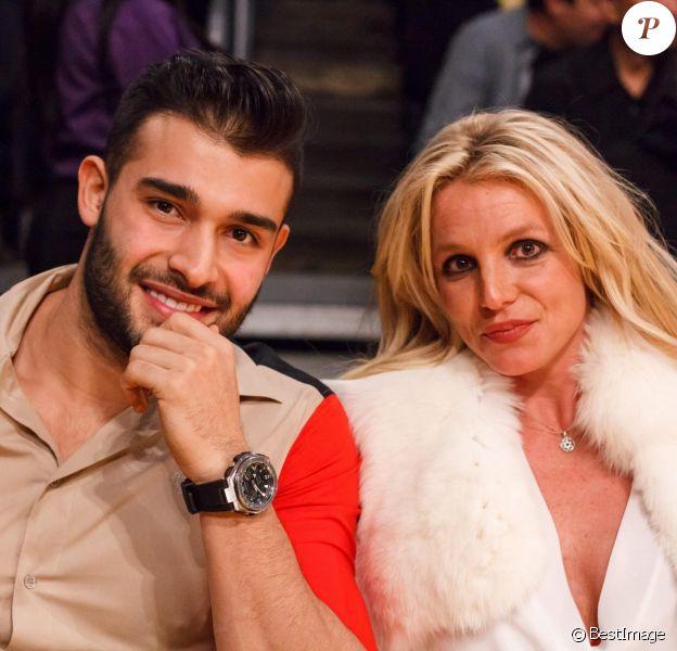 """Britney Spears et son compagnon Sam Asghari lors du match de NBA """"Lakers - Warriors"""" au Staples Center à Los Angeles, le 29 novembre 2017. © CPA/Bestimage"""