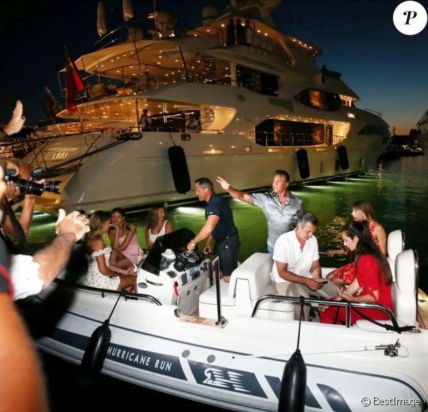 """Sylvester Stallone a dîné dans la pizzeria Marcellino avec sa femme Jennifer Flavin et ses trois filles Sistine, Sophia et Scarlet avant de rejoindre son yacht le """"Hurricane Run"""" sur le port de Saint-Tropez le 12 juillet 2018."""