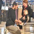 Russell Brand et sa fille Mabel lors d'un voyage entre Londres et Los Angeles, en février 2018.